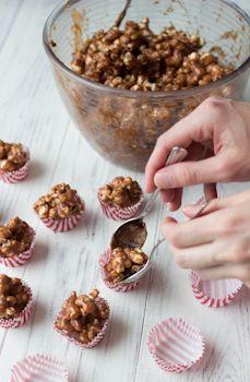 Irtokarkkihyllystä lapseni valitsevat usein suklaapopcorneita ja nyt innostuin tekemään niitä kotikonstein. Tiesin, että ne olisivat itse tehtyinä vielä hurjan paljon parempia. Mukaan halusin myös toffeen makua, joten tein sekoituksen sulatetuista Omar-karkeista ja maitosuklaasta. Yhdistelmä maitosuklaa-toffee-popcorn oli todella mahtava. Jos maltat ennakoida, popcornit kannattaa valmistaa hyvissä ajoin, mielellään vaikka paria viikkoa etukäteen. Näin ne ehtivät kuivahtaa, […]