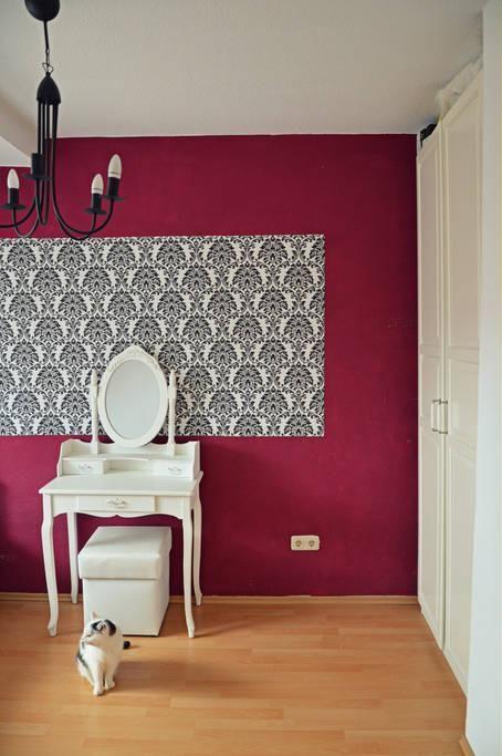 Schönes Mädchen Zimmer Mit Pinker Wand Und Mustertapete Pink