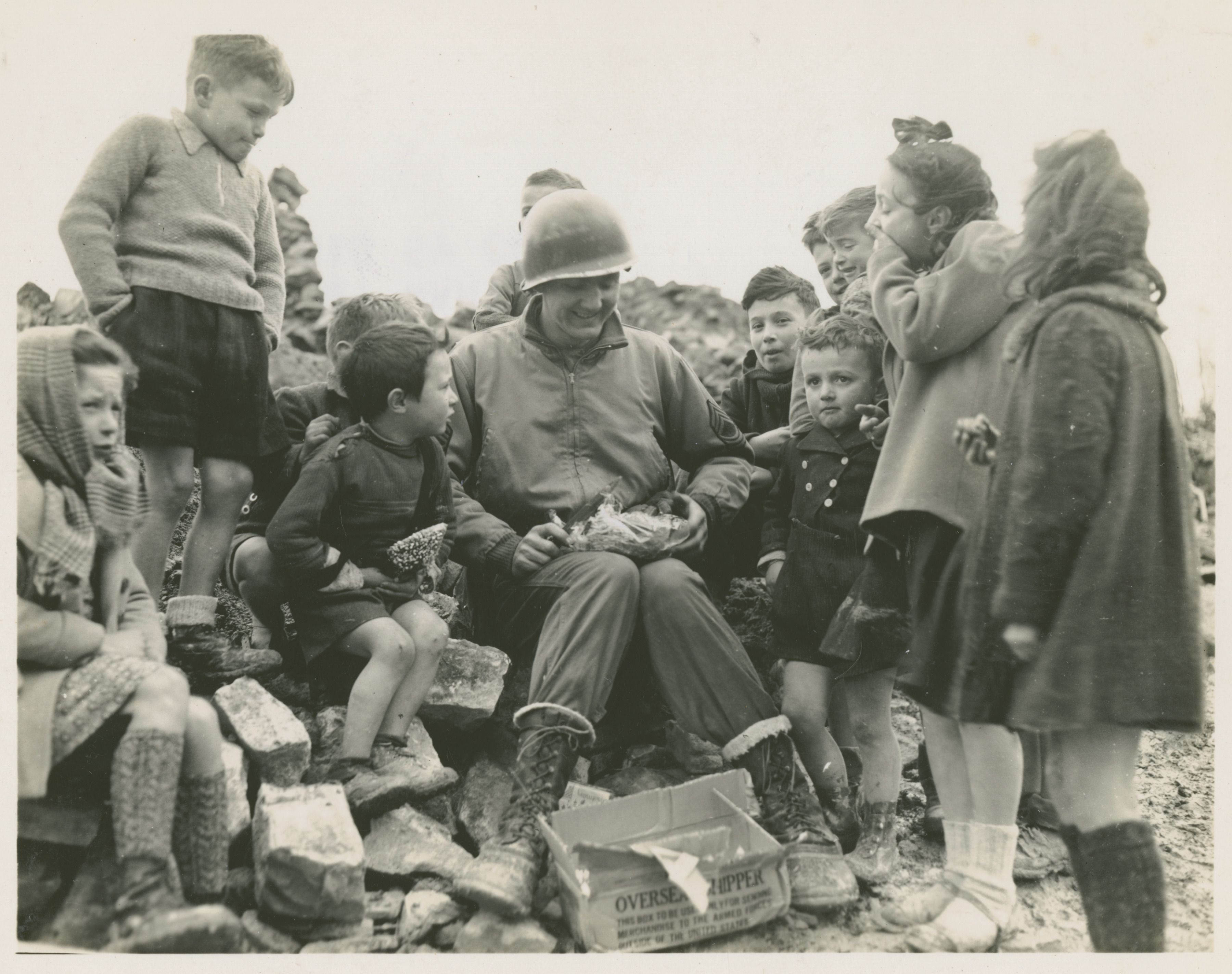 A U S Soldier Shares His Christmas Package With Italian Children At San Benedetto Italy On 11 December 1944 The Digital Collections Of The National Cmentarze