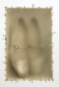 Atrabiliarios / Doris Salcedo / 1992–93 / Instalación en muro con yeso, madera, zapatos, fibra animal e hilo quirúrgico en diez nichos con 11 cajas de fibra de origen animal cosidas con hilo quirúrgico (99 x 388.6 x 14.6 cm)