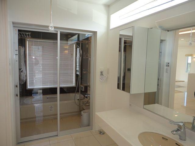 浴室ドアは 開放感あるガラス扉 注文住宅 住宅 家を建てる