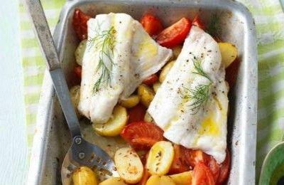 Μπακαλιάρος στο φούρνο με πατάτες και ντομάτες