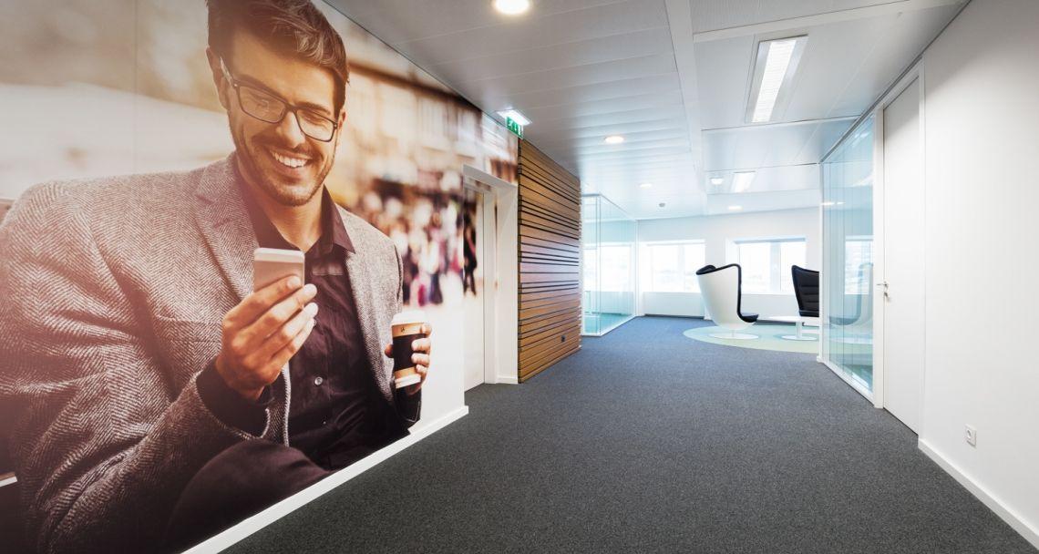 Área de circulação no escritórios da Unit4 em Lisboa, Portugal