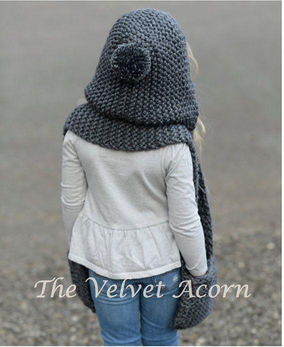 23a545c6f8f77 Tejer bufanda con capucha de penacho de por Thevelvetacorn en Etsy