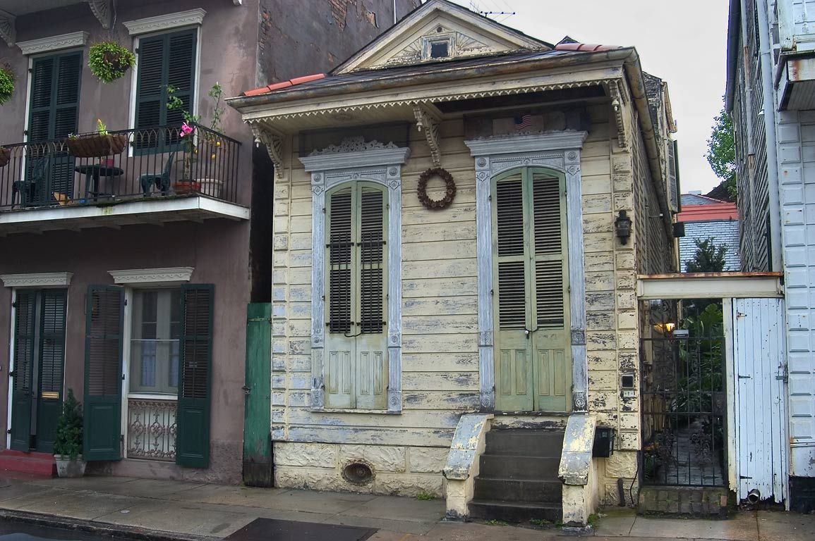 Shotgun house next to 712 Barracks Street in French