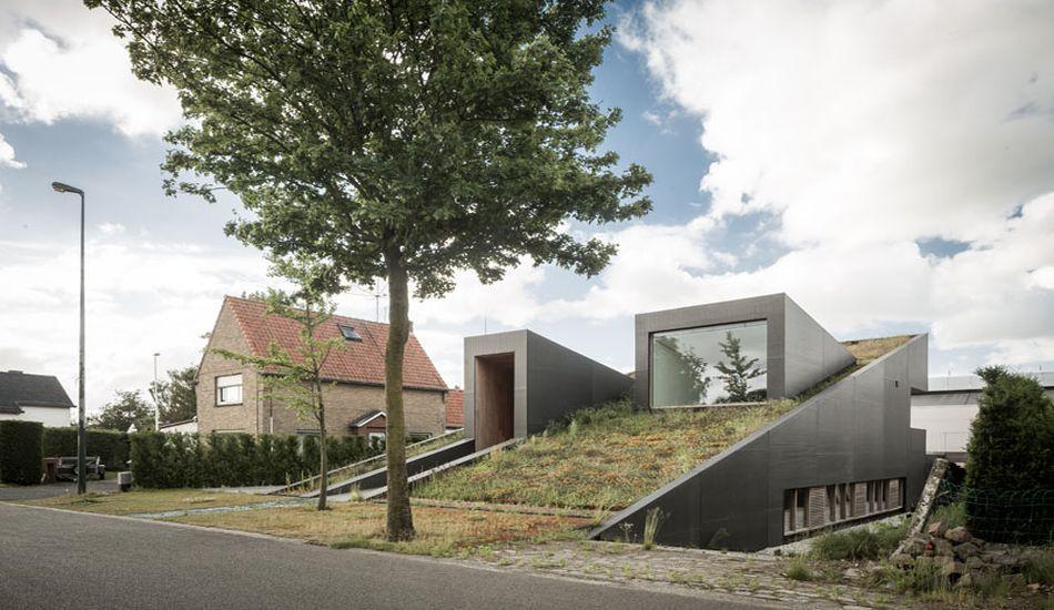 Maison atypique avec toiture végétalisée inclinée en Belgique ...