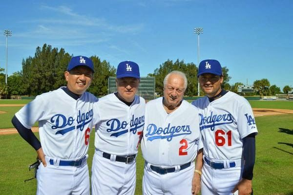 It looks like they had a fantastic day at Historic Dodgertown yesterday.  Here's a pic of Olympic gold medal managers Kyung Moon Kim & TommyLasorda with Chan Ho Park & KBO Dinos CEO Lee, pic via WBSC_co on twitter.