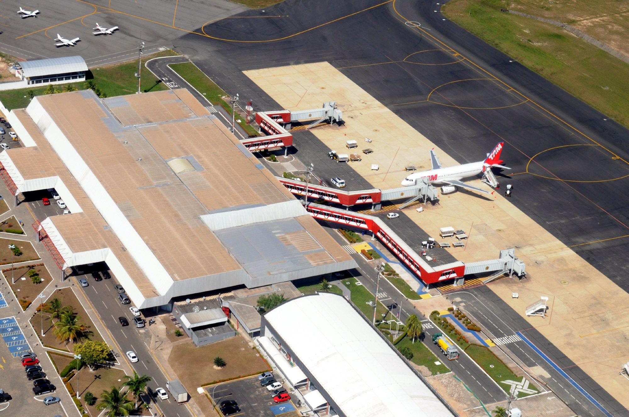 Aeroporto Ewr : Avião pousando no aeroporto de newark u fotografia de stock