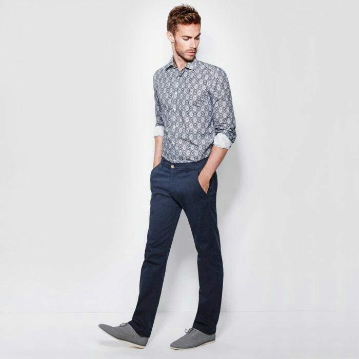 Outfit casual, camisa gris, pantalon azul de vestir, zapatos gris.