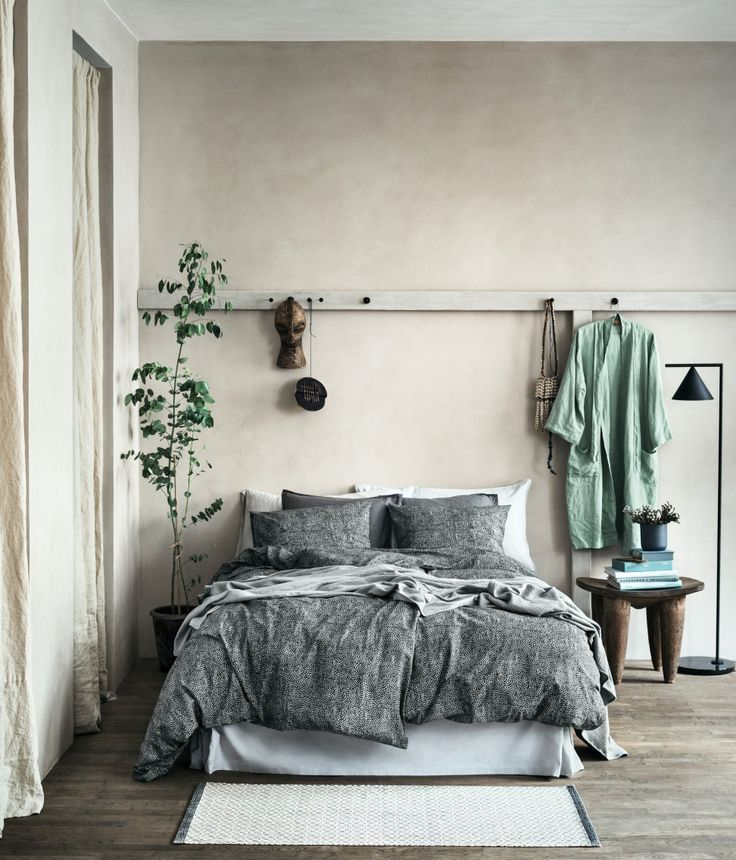 Modernes Schlafzimmer mit minimalistischer Einrichtung und gedeckten