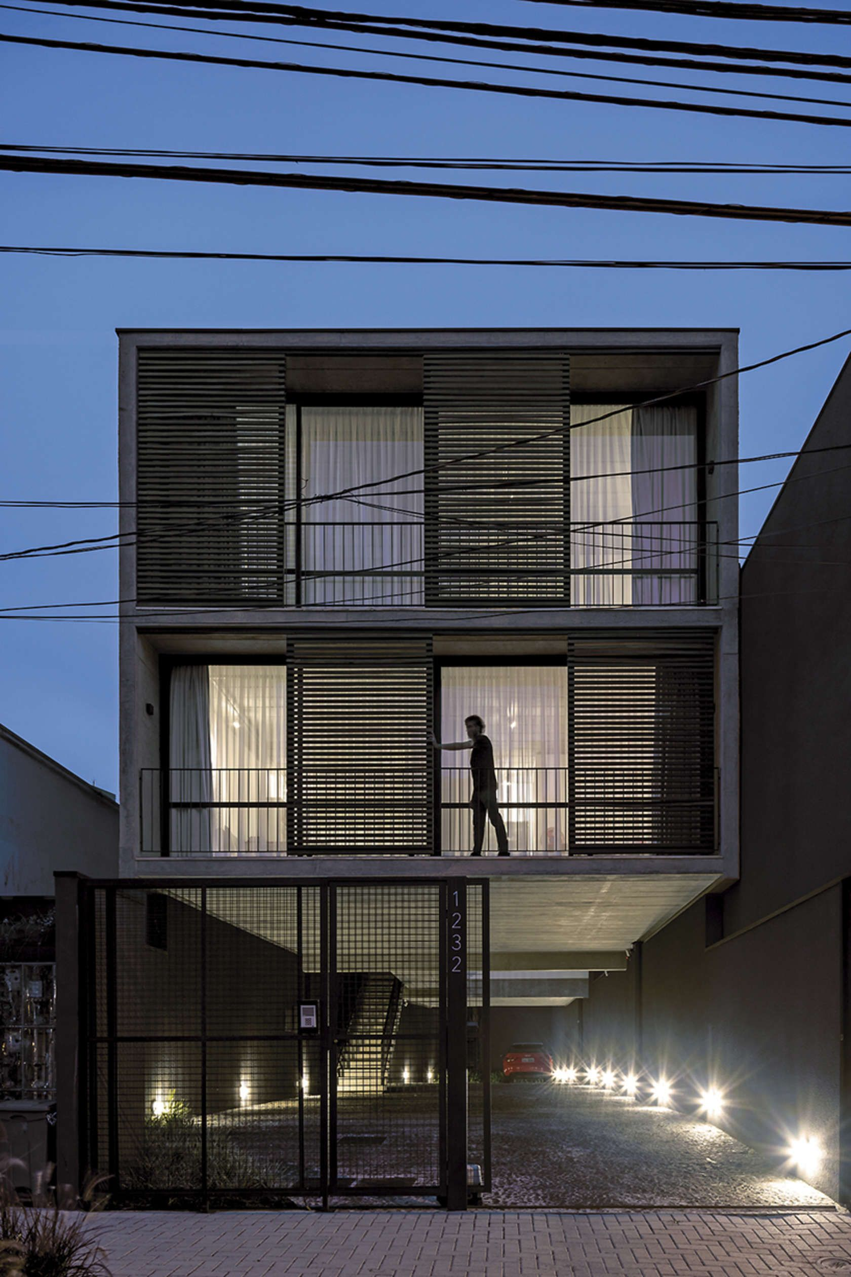 Located in a narrow site in downtown of Curitiba, the project aim the best use for a program of four studios.  This two-story building, have in the ground fl...