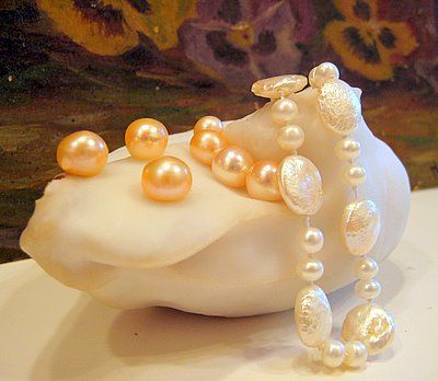 Natural big pearl wearing cultured freshwater pearls