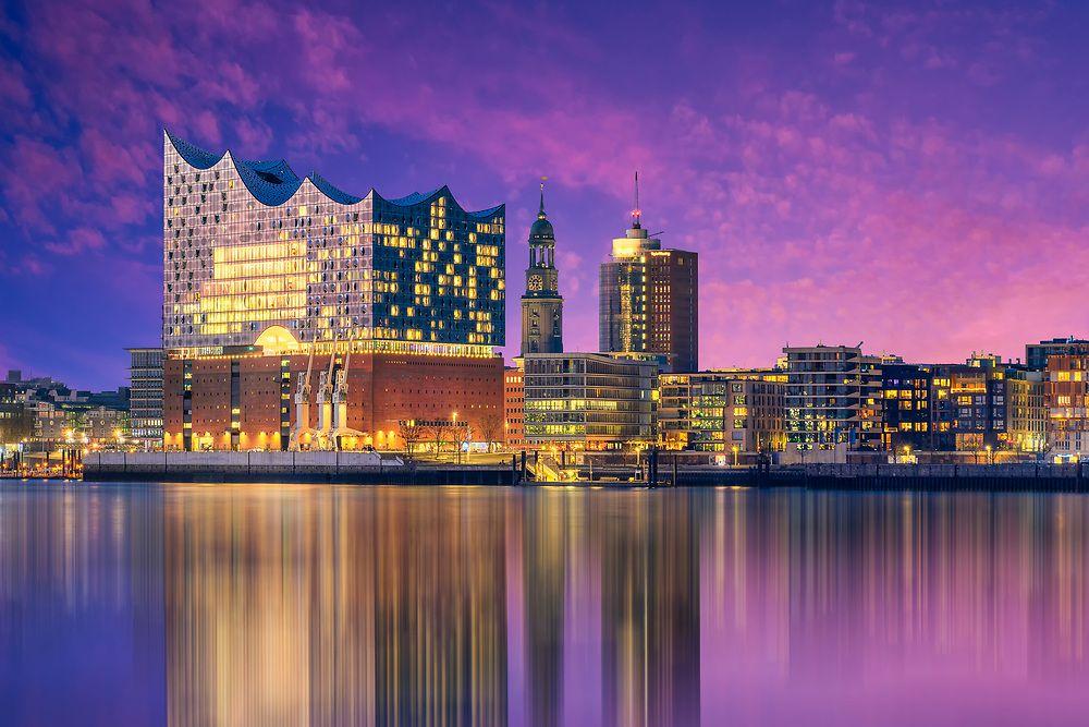 Die Elbphilharmonie In Hamburg Am Hafen Und Im Hintergrund Ist Der Michel Zu Sehen Hamburg Hafen Hamburg Hamburger Michel