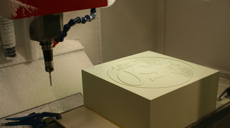 Skrekkøgle est un studio de design et de création numérique basé à Oslo et fondé en 2011 par Lars Marcus et Theo Vedeler Tveteras.  Je vous présente ce super projet photographique baptisé « 50 centimes ». Habituellement, pour montrer l'échelle d'une maquette on pose à ses côtés une pièce de monnaie. Le duo a décidé de faire l'inverse en réalisant une pièce de 50 centimes de très grande taille. Ils l'ont ensuite posée à côté de vrais objets et ont réalisé une série de photos. Chaque cliché...