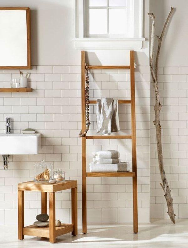 Escaleras de mano en el baño Escalera de madera como toallero en el