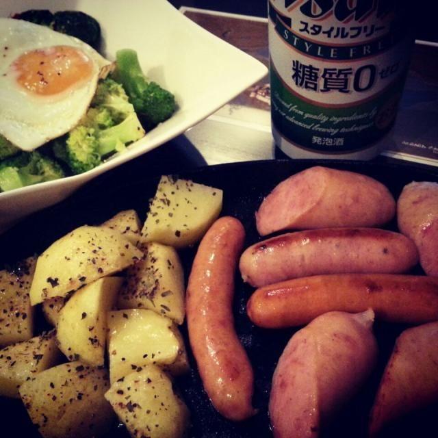 時の栖オミヤのソーセージ ガーリックポテト 北海道産ブロッコリーのペペロンチーノ - 82件のもぐもぐ - ソーセージグリル&ブロッコリーのペペロンチーノ目玉のせ♪  Grilled sausage with garlic potato and brccoli peperoncino on fried egg. by shino4minutes