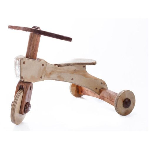 Triciclo sin pedales // lamesadetrespatas, 100% hecho de madera (Raulí y terciado de pino).