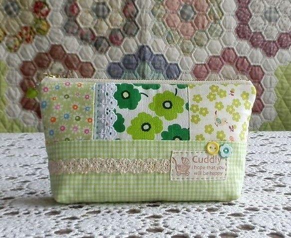 北欧風の小鳥・お花などキュートな布を集めて作りました。 ペパーミントグリーンのギンガムチェックを地に使い、黄緑でまとめてみました。 キルト芯をはさみ、しっかり...|ハンドメイド、手作り、手仕事品の通販・販売・購入ならCreema。