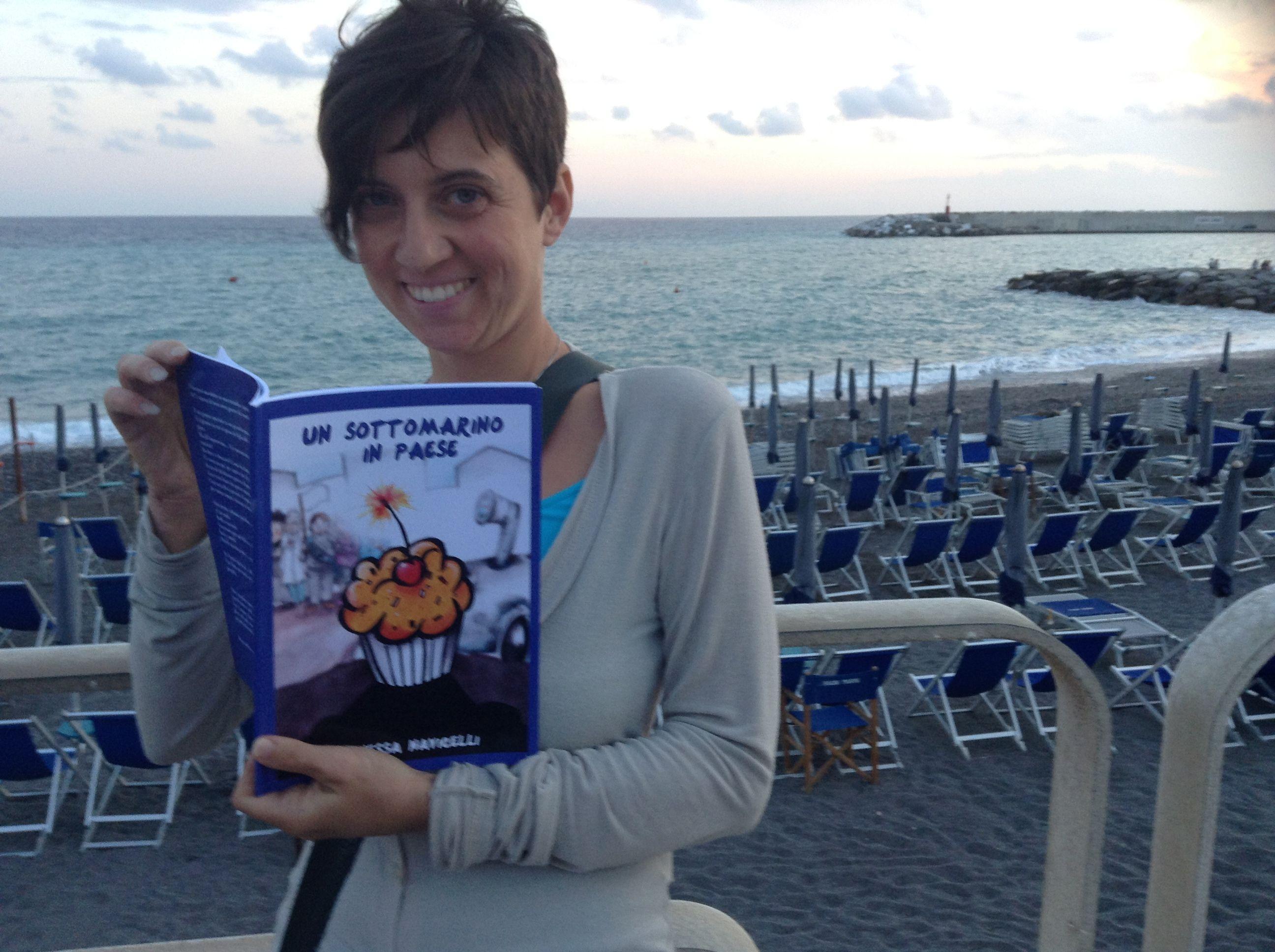 Come ci si consola per il brutto tempo al mare? Leggendo #UnSottomarinoInPaese! :D   (OK, non è che ci si consola del tutto, però un po' di buonumore lo mette ;)) )  http://vanessanavicelli.com/booktrailer/