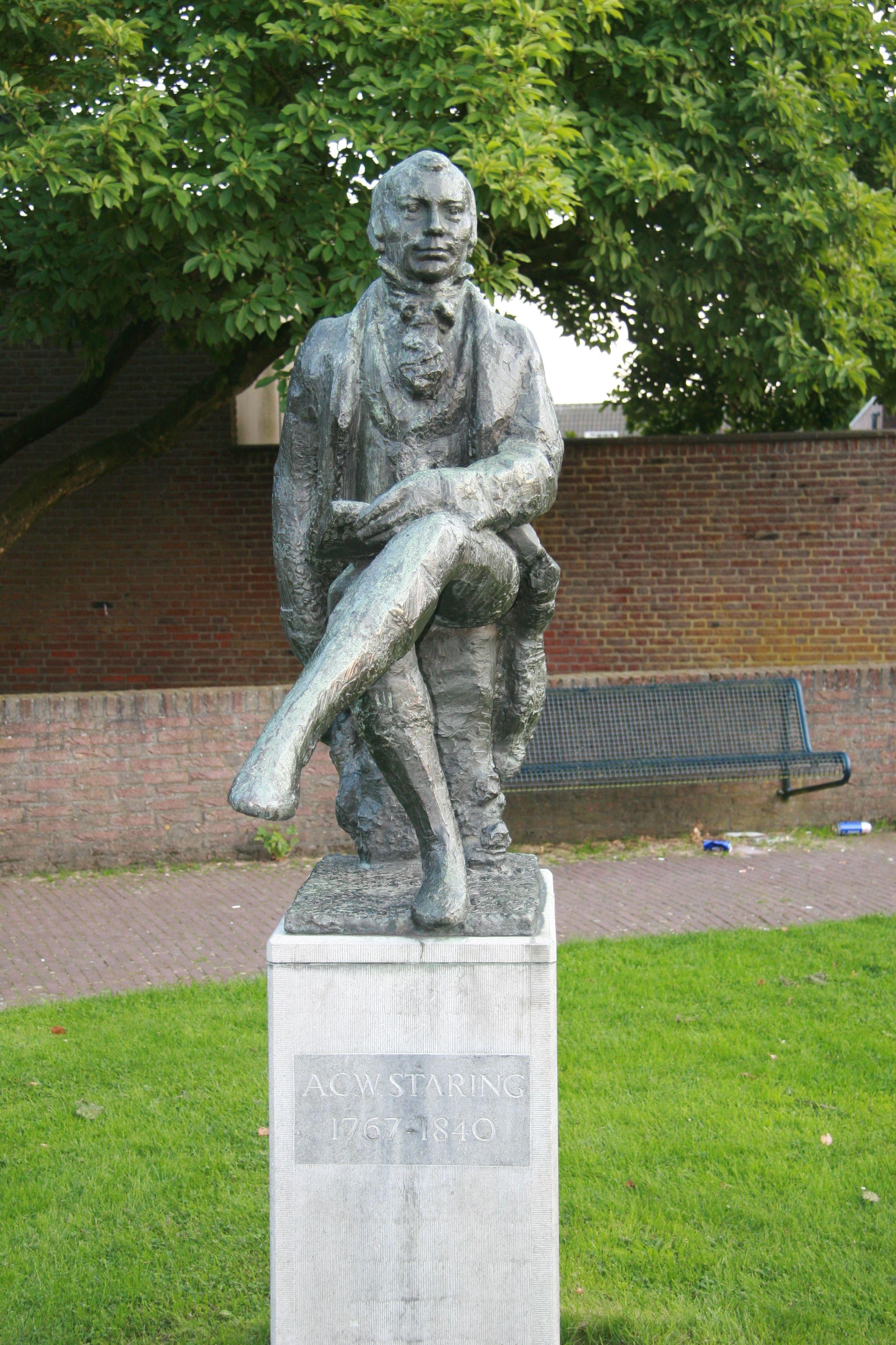 De dichter Staring woonde op het kasteel de Wildenborch bij Vorden. Zijn beeld staat in Vorden