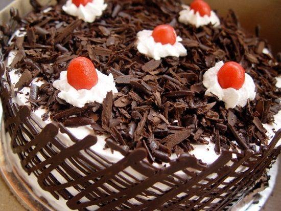 Hidangan kue black forest coklat serut adalah sajian yang enak dan