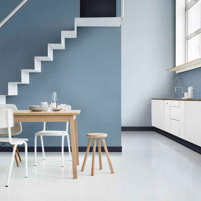 quoi de plus complexe que de dcorer un escalier laissez tomber la petite dco et optez pour la peinture avec un beau bleu gris