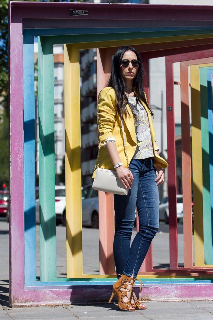 d7b2aaca9a Estilismo con chaqueta blazer amarilla jeans nueva coleccion Meltin  Pot y  sandalias abotinadas marrones