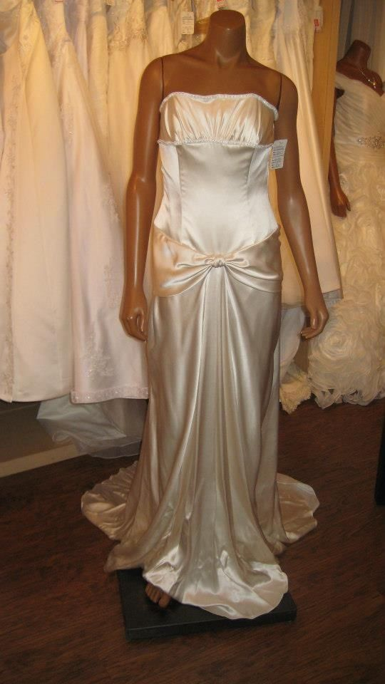 Disney collection wedding dress size 6 only $650