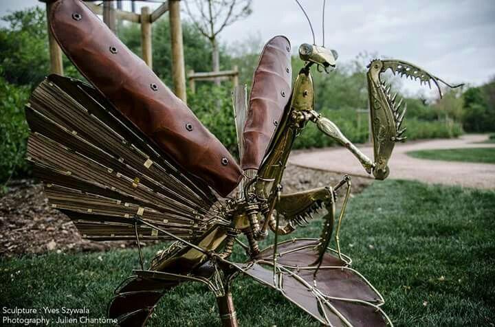yves szywala sculpteur.  Voilà! Enfin  je peux vous présenter Mantis Viatrix Tempori Cette élégante est constituée de laiton, cuivre, cuir, bois de zebrano, granit, argent La bagatelle de 600 heures de travail!