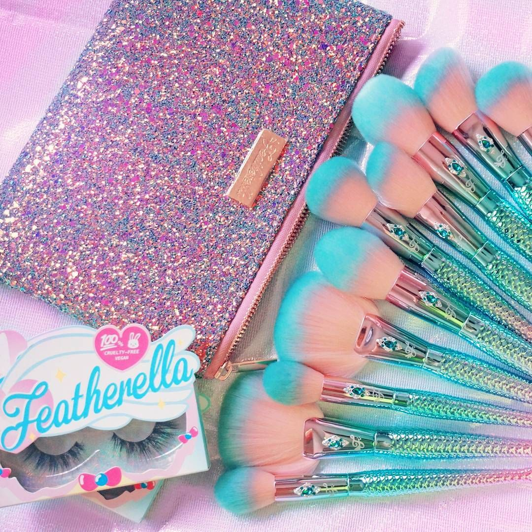 """720 Me gusta, 26 comentarios - Featherella Official (@featherella) en Instagram: """"Brush and lash #goals 😻😻 3D faux mink lashes and Jewel Mermaid Brushes 💖 Featherella.com ✨"""""""