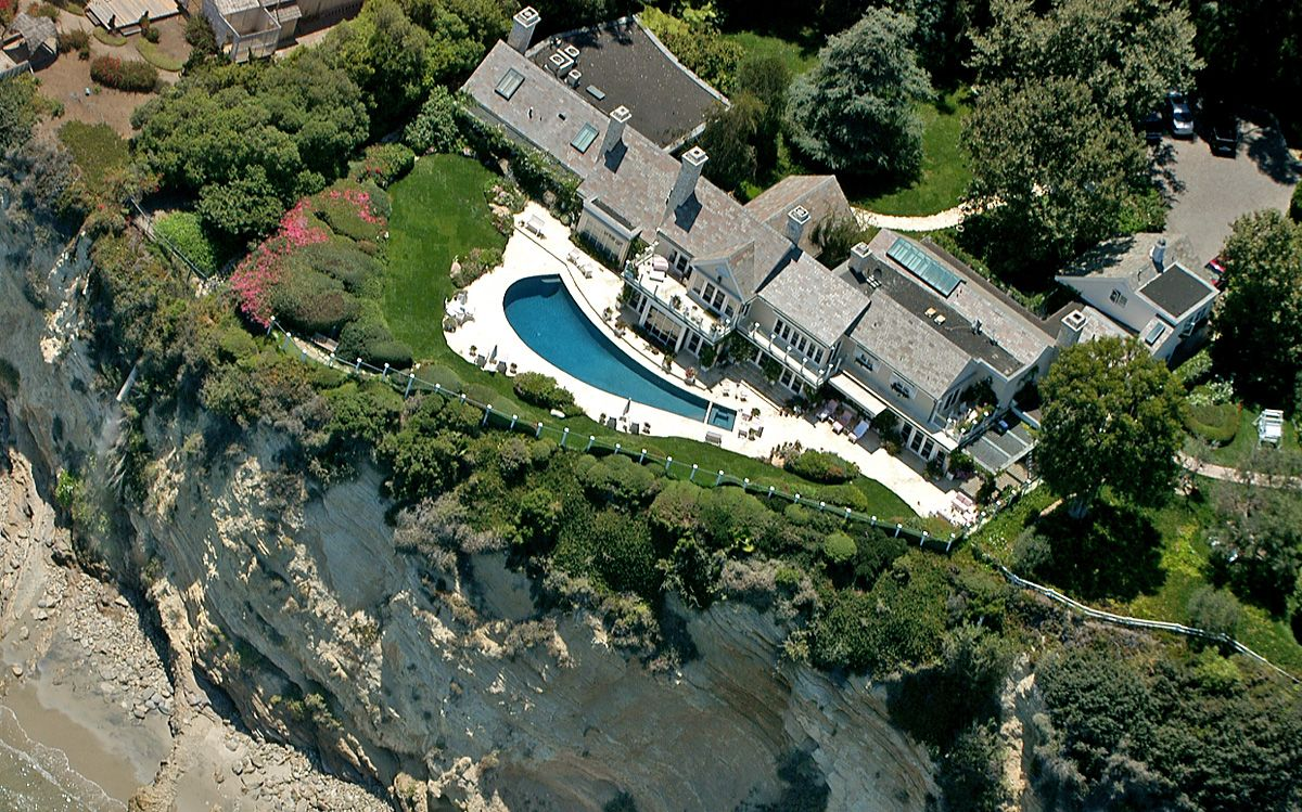 Barbara streisand 39 s gorgeous mansion barbara streisand for Barbara house
