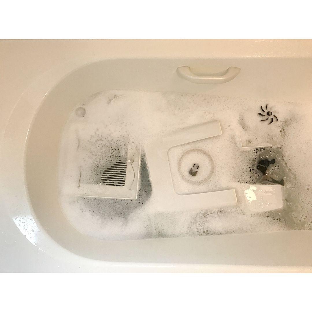 季節ごと年4回の防カビ君 をする前に 浴槽に 桶や椅子 浴槽エプロンなどをオキシ漬けし 換気フィルター シャンプー置き トイレの換気扇 バルミューダのサーキュレーターの羽