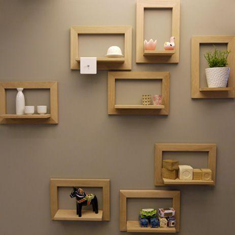 Les cadres photos en bois avec une petite étagère sont des détails ...