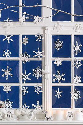 Schneeflocken häkeln: Winterdeko fürs Fenster | familie.de