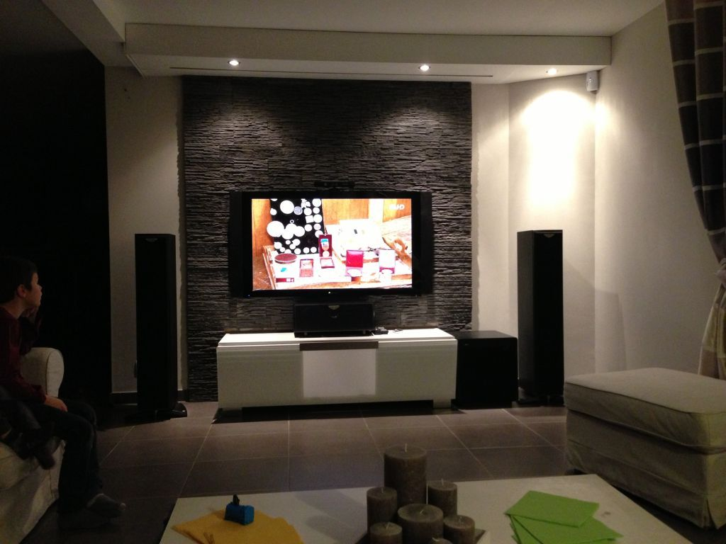 Mur tv home cin ma avec cran de projection int gr au plafond avec led home cinema for Deco mur tv