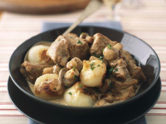 Kalbsgulasch mit Champignons und Zwiebeln ist ein Rezept mit frischen Zutaten aus der Kategorie Kalb. Probieren Sie dieses und weitere Rezepte von EAT SMARTER!