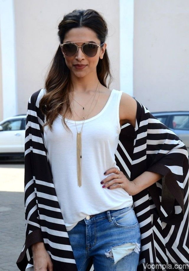 abcba5bf87 deepika-padukone-in-white-shirt-and-blue-jeans15
