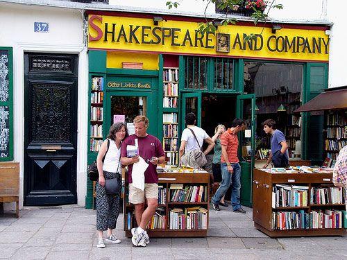 LIBRERÍA SHAKESPEARE DE PARÍS.- ¿Qué es Shakespeare and Company? ¿Por qué su fama? ¿Qué le hace tan especial que todos hablan de ella? Es difícil explicar lo que es Shakespeare and Co y su historia entrelazada con genios de la literatura, guerras, varios emplazamientos y dos personas con las mismas obsesiones: los libros y París. En esencia, Shakespeare and Co es una librería de viejo y de nuevo, que no anticuaria, donde se venden ejemplares en inglés, pero sin descartar otras lenguas.