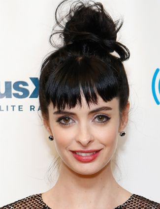 Try A Top Knot The Great Thing About Buns Is That They Can Be Messy And Chic As Long As You Pair A Discheveled Top Knot Like Krysten Ritter S With Sharp Mak