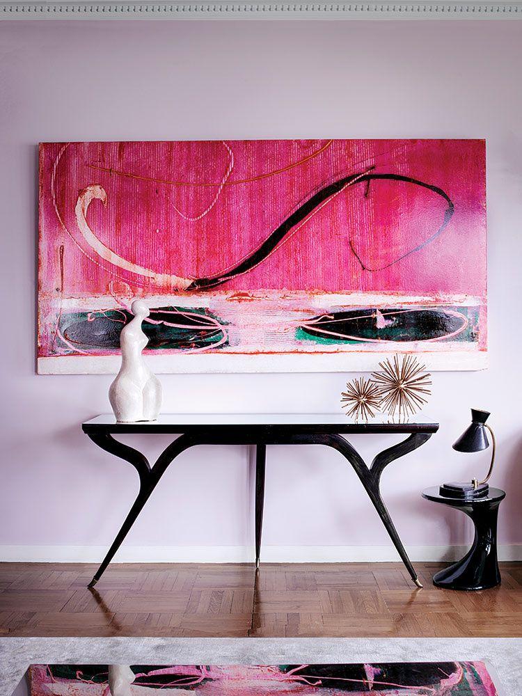En el penthouse, la creadora de tendencias exhibe su valiosa colección de muebles de mediados del siglo XX, arte contemporáneo y otros objetos preciados. | Galería de fotos 3 de 15 | AD MX