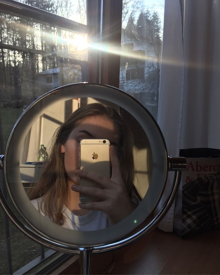 фото девушки в зеркале спиной фотографируют свое отражение деньги как кончились