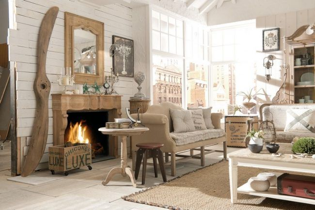 wohnzimmer-landhausstil-holz-kaminumrandung-naturfaserteppich - wohnzimmer in landhausstil