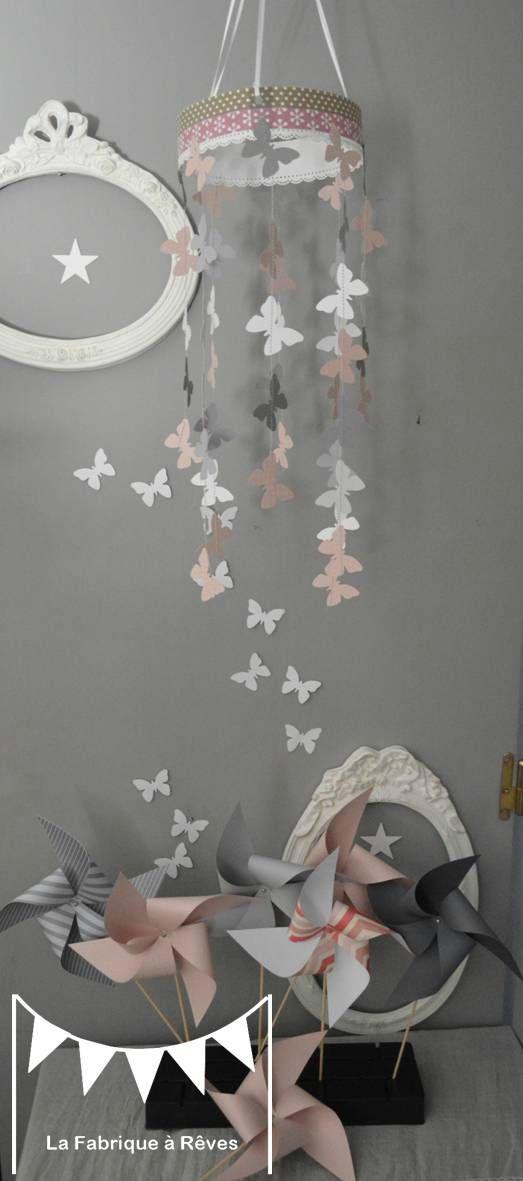 mobile papillon rose poudré gris blanc décoration chambre enfant