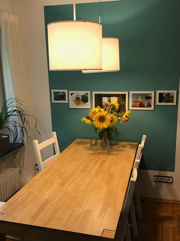 Farbtupfer Im Esszimmer: Schlchter Holztisch Mit Weißen Stühlen Vor  Türkiser Wand In Marburger WG #