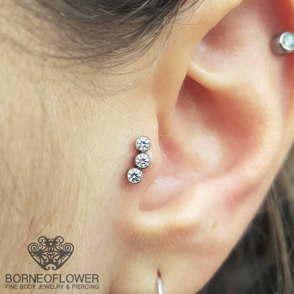 Nose piercing through the middle  Tragus piercing con un cluster composto da tre brillanti swarovski