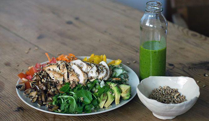 Dieser bunte Salat steckt voller Mikronährstoffe und sekundärer Pflanzenstoffe. Das Rucola Dressing liefert außerdem wertvolle Bitterstoffe und ist durch das Mixen mechanisch vorverdaut.  Zum Rezept hier her: http://primal-state.de/bunter-salat-mit-rucola-dressing-und-fleisch/?utm_campaign=coschedule&utm_source=pinterest&utm_medium=Primal&utm_content=Bunter%20Salat%20mit%20Rucola%20Dressing%20und%20H%C3%A4hnchenbrust