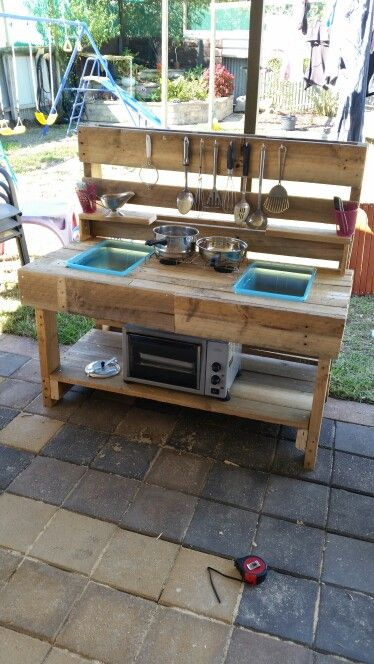 Mud Kitchen Outdoor Kitchen Pallet Upcycle Made This For My Kids They Love It And Havnt Left It Alone They Use I Mud Kitchen Diy Mud Kitchen Outdoor Kitchen
