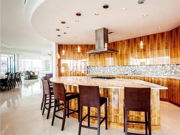 La cocina en l neas curvas y en madera barra americana taburetes bar mesa de trabajo de - Taburetes para cocina americana ...