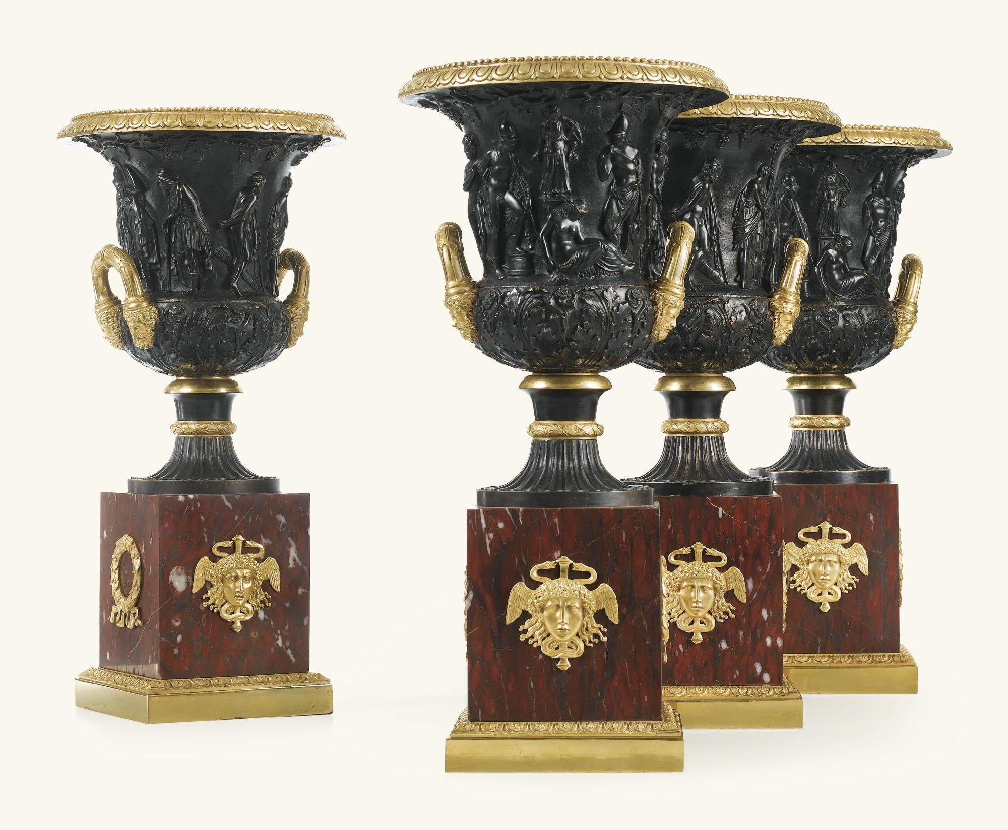 Cuatro jarrones campana en bronce dorado y patinado, italianos, cerca de 1840. Alto 47.5 cm.