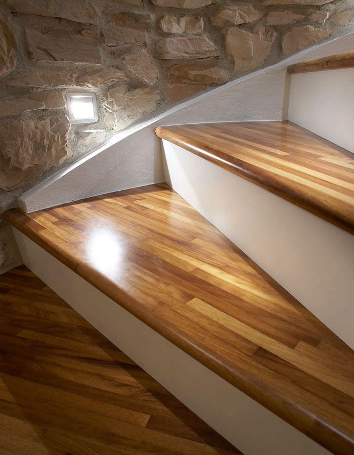 Escalier hélicoïdal / marche en bois / structure en béton ...